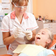 Foto Stock: Teenage girl at dentist.