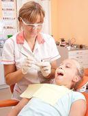 девочка-подросток на стоматолога. — Стоковое фото