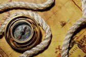 Bússola com corda no mapa antigo — Fotografia Stock