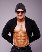 Portarait studio 中构成有肌肉的男人 — 图库照片
