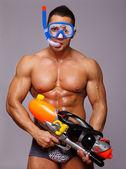 Hombre jugando con pistolas de agua en studio — Foto de Stock