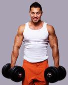 Přizpůsobit svalnatý muž cvičení s činkami — Stock fotografie