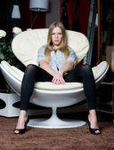 Vacker flicka i den moderna interiören — Stockfoto