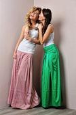 两个美丽的女人漂亮衣服摆姿势 — 图库照片