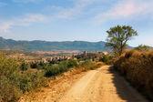 Montblanc en spain.landscape con camino rural con fortaleza y m — Foto de Stock