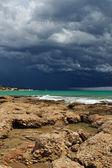 Zee landschap met uitzicht op de kust. storm hemel met lightning, — Stockfoto