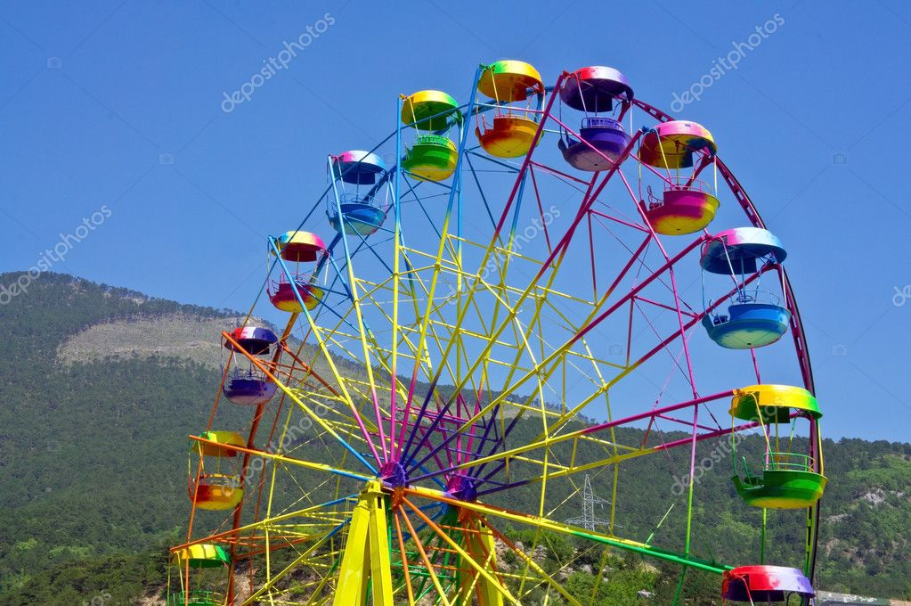 Ferris wheel in the summer morning — Stock Photo #11872419
