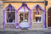 Purple bike next to a lavender shop — Stock Photo