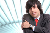 Ung affärsman poserar — Stockfoto