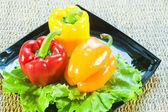 保加利亚甜辣椒的红色和黄色的颜色和树叶的让 — 图库照片