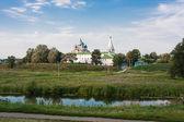 Paesaggio bella estate presso un laghetto, zona vladimirskiy, russia — Foto Stock