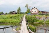 Landsbygdens landskap med hängande bron — Stockfoto