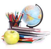 Globo, stack di quaderno e matite. studi scolaro e studente — Foto Stock