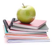 Pila de portátiles y apple. accesorios de estudios escolares y estudiantes. vuelta al concepto de escuela. — Foto de Stock