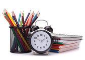 Wecker, notebook-stack und bleistifte. schulkind und student — Stockfoto