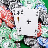 Herní čipy a karty na zelenou látkou — Stock fotografie