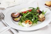 Porzione di appetitosi antipasti con insalata — Foto Stock
