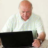 Pensionista idosa usando um laptop — Fotografia Stock