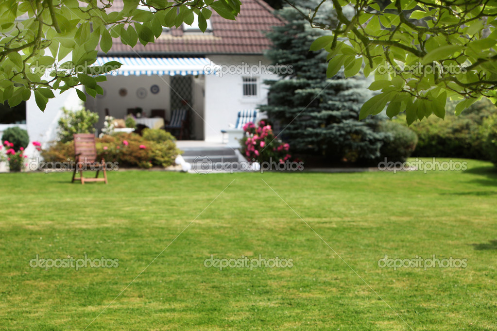 Piccola casa con giardino foto stock farina6000 11530120 for Beautiful small house with garden
