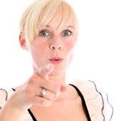 Mujer joven sorprendida apuntando a la cámara — Foto de Stock