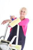 Femme peintre en bâtiment qui posent sur des échelles — Photo