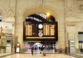 Hlavní jízdní řád. Hlavní nádraží Miláno, Itálie. — Stock fotografie
