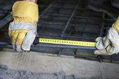 Ruce s měřicí pásky. — Stock fotografie