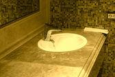 W stylu retro vintage marmurowa umywalka z kramik z mosiądzu — Zdjęcie stockowe