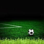 Yeşil sahada futbol topu ve — Stok fotoğraf