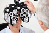Oční test s phoropter — Stock fotografie