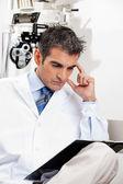仕事で深刻な検眼医 — ストック写真
