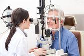 Optiker gör syn testning — Stockfoto