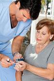 Erkek hemşire glikoz seviyesi ölçümü — Stok fotoğraf