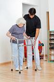 Trener wspomagający starszy kobieta w ruchu — Zdjęcie stockowe