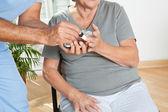 Erkek hemşire hasta şeker düzeyini denetleme — Stok fotoğraf