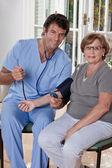 医生考虑血压 — 图库照片
