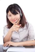Kobieta sobie słuchawki z mikrofonem — Zdjęcie stockowe