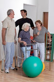 Fisioterapeuta masculina com paciente — Fotografia Stock