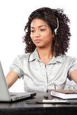 Mulher de negócios usando um fone de ouvido — Foto Stock