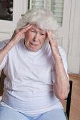 Baş ağrısı olan kadın kıdemli — Stok fotoğraf