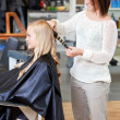 Stylist Curling Womans Hair — Stockfoto