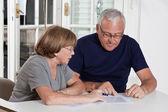 Ouder paar spelen scrabble spel — Stockfoto