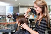 Coiffeur coupe les cheveux de client — Photo