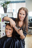 Geben einen neuen haarschnitt frau friseurin — Stockfoto
