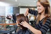 Cabeleireiro, dando um corte de cabelo de mulher — Foto Stock