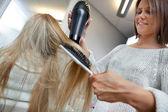 Kadeřník sušení vlasů žena — Stock fotografie