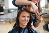 Femme, obtenant une coupe de cheveux — Photo