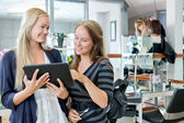 Müşteri ile dijital tablet holding kuaför — Stok fotoğraf