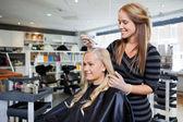 Teinture pour les cheveux au salon de beauté — Photo