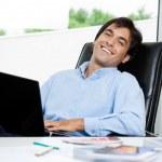 diseñador de interiores con el ordenador portátil — Foto de Stock